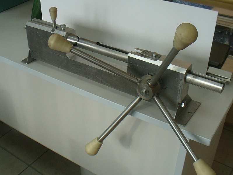 Устройство обвалки (отделения мяса с костей) окорочков